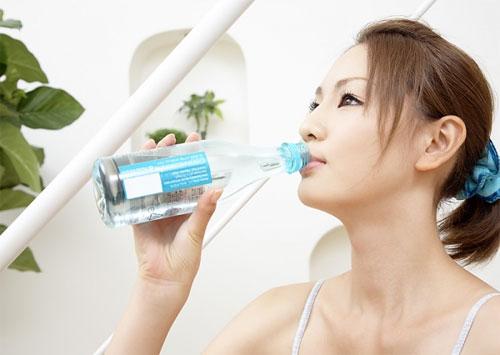 Uống nhều nước giúp giảm béo mặt hiệu quả