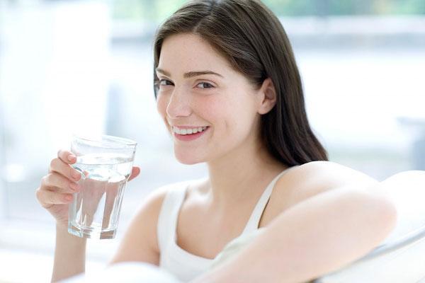 Uống nước trước khi ăn giúp giảm cân nhanh