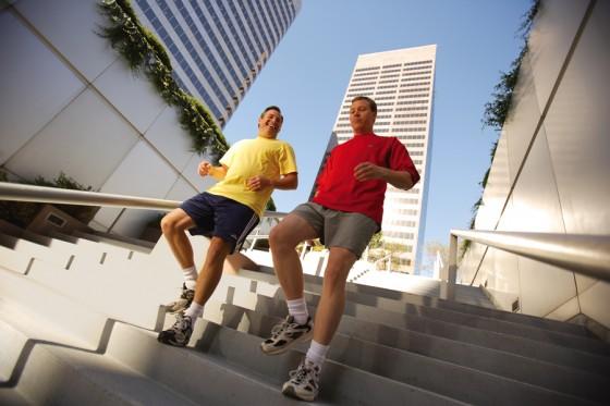 Leo cầu thang là cách cách giảm mỡ bụng nhanh chóng, dễ thực hiện