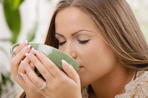 Uống trà xanh để giảm béo sau khi sinh