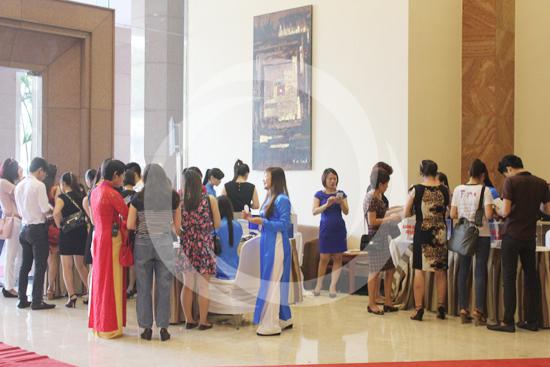 Nhiều khách hàng từ rất sớm đã tới check in tại tiền sảnh và đăng kí dịch vụ