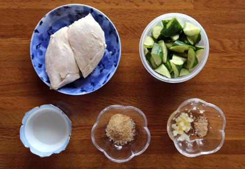 Thức ăn giảm béo đơn giản với salad dưa leo