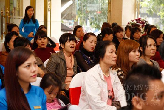 Cả hội trường với sức chứa hơn 100 người đã không còn chỗ trống