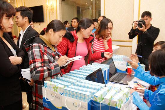 Ngay từ 8h sáng đã có nhiều khách hàng tới check in tại sảnh tầng 1 của Đông Á