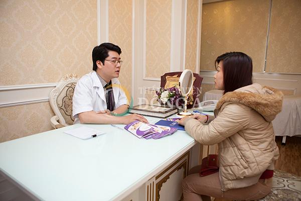 Khách hàng được bác sĩ tư vấn tại Thẩm mỹ viện Đông Á